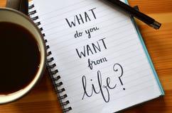 ¿` Qué usted quieren a partir de vida? ` mano-indicado con letras en cuaderno foto de archivo