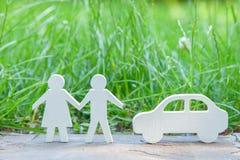 ¿Adónde ir por un día de fiesta en naturaleza por un par en coche? Hombre y mujer cerca del coche en un fondo de la hierba fotos de archivo libres de regalías