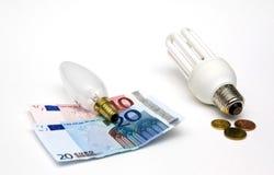 ¿Ahorrador incandescente o de energía? Foto de archivo libre de regalías