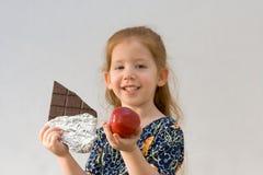 ¿Cuál es mejor? (foco en la manzana) Fotos de archivo libres de regalías