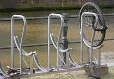 ¿Dónde está el resto de la bici??? imagen de archivo libre de regalías