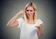 ¿El retrato de la mujer enojada enojada que gesticula con su pedir del finger es usted loco? imagen de archivo libre de regalías