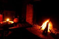 ¿Frío? chimenea, leña, fuego y té fotos de archivo