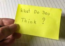 ¿La pregunta, qué usted piensa? escriba en el papel Imagen de archivo