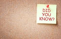 ¿Nota pegajosa fijada al corkboard con la frase usted sabía? Imagen de archivo libre de regalías