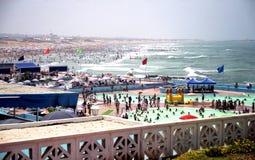 ¿Piscina o playa? Fotografía de archivo libre de regalías