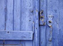 ¿Puerta azul, un candado y un gato? Imagen de archivo