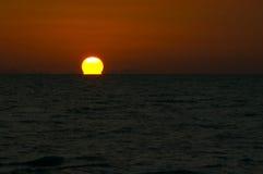 ¿Puesta del sol o fuego? Foto de archivo libre de regalías
