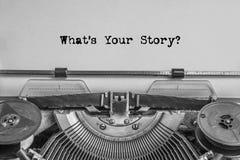 ¿Qué ` s su historia? El texto se mecanografía en el papel con una máquina de escribir vieja, imagen de archivo libre de regalías