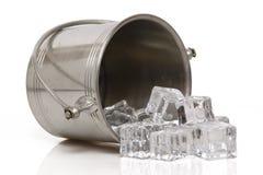¿Quién derramó el cubo de hielo? imagen de archivo