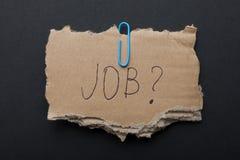 ¿Trabajo de la palabra '? 'en un pedazo de caja de cartón en un fondo negro fotografía de archivo libre de regalías