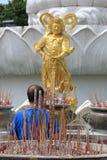 ีภde ‹de ¹ d'à·Le 6 juin 2017 : chez Songkhla Thaïlande, quelqu'un prête l'attention à un dieu avec la foi image stock