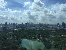 ฺBangkok Skyline mit Lumpini-Park lizenzfreie stockbilder