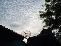 ฺBlue天空云彩庭院家,泰国 免版税库存照片