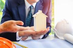 ฺBody część Biznesowy mężczyzna wskazuje rękę wewnątrz modalny dom obrazy stock