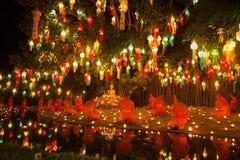 ฺBuddhist michaelita one modlą się w lekkiej świeczce Zdjęcie Stock
