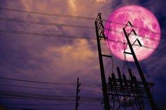 ฟfull księżyc plecy sylwetki różowej władzy elektryczny kreskowy filar w dar obraz royalty free
