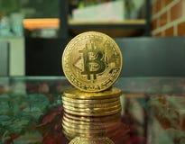 à¸'Bitcoin menniczy oncoin lokalizuje na stole obrazy stock