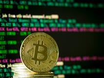 à¸'Bitcoin moneta przy ekranem komputerowym zdjęcia royalty free
