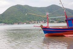 ็hlaf Fishing boat on the beach Royalty Free Stock Images