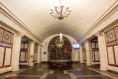 à ¹ ‰ schöne Halle und Bahn in der Metrostation in Moskau Lizenzfreie Stockfotos