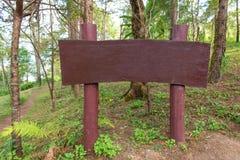 ฟwood teken of aanplakbord voor reclame in een bos stock fotografie