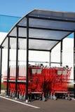 À achats de chariots verticale rouge à l'extérieur Photos stock