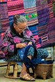 à ¹ ‡ Ahill-Stamm Hmong-Frau nähende handicrafls Lizenzfreies Stockfoto