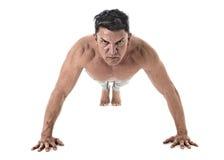 40 à 45 années adaptent l'homme que faire soulèvent la routine de forme physique de formation de séance d'entraînement avec le co Photographie stock