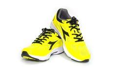 à¸'BANGKOK, ΤΑΪΛΑΝΔΗ - ο κίτρινος αθλητισμός παπουτσιών ΥΧΕ 2,2016New τρέχει στο άσπρο υπόβαθρο Στοκ Φωτογραφία