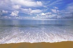 à¸'Beach, κύματα και μπλε ουρανός Στοκ φωτογραφία με δικαίωμα ελεύθερης χρήσης