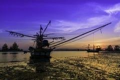 ฺBeach, fartyg och solnedgång Arkivbild