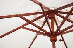 ฺBeach Regenschirm auf Weiß Stockfotos