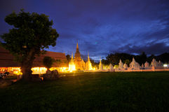 ฺBeautiful寺庙在夜& WatSuan dok ChiangMai里 免版税库存照片