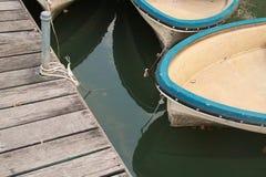 ฺBlue boten bij het dok in het moeras Royalty-vrije Stock Foto
