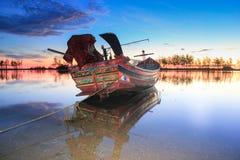 à¸'boat, nascer do sol, água, céu, árvore, luz, Imagens de Stock Royalty Free