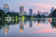 ฺBusinessområdescityscape från Lumphini parkerar, Bangkok, Thailand Arkivfoton