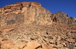 À côté de hautes roches rouges Photo libre de droits