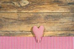 À carreaux rouge de coeur de tissu sur le bois Photo libre de droits