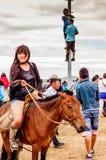 À cheval fille en bref, course de cheval de Nadaam, Mongolie Photographie stock