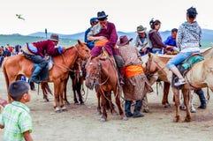 À cheval spectateurs, course de cheval de Nadaam, Mongolie Photographie stock libre de droits