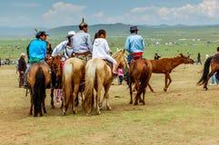 À cheval spectateurs sur la steppe, course de cheval de Nadaam, Mongolie Images stock