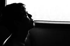 ัdepressed und hoffnungsloser Mann allein im Raum mit Fenster Stockfotografie