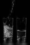 À deux verres de l'eau propre est versée Images libres de droits