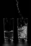 À deux verres de l'eau propre est versée Images stock