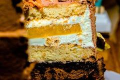 À gradins de gâteau bourré de la gelée de fruit photos libres de droits