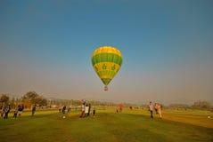 ฺGreen balon i niebieskie niebo Fotografia Royalty Free