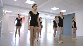 À l'école modèle les femelles sautent faisant l'accroupissement clips vidéos