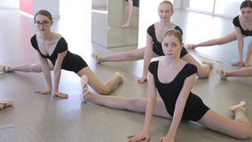 À l'école modèle les femelles se tiennent sur des genoux sur le plancher clips vidéos
