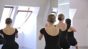 À l'école modèle les jeunes femelles font l'accroupissement tenant la pose banque de vidéos